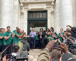 库克与华盛顿市长共同出席卡耐基图书馆 Apple Store 开业盛典