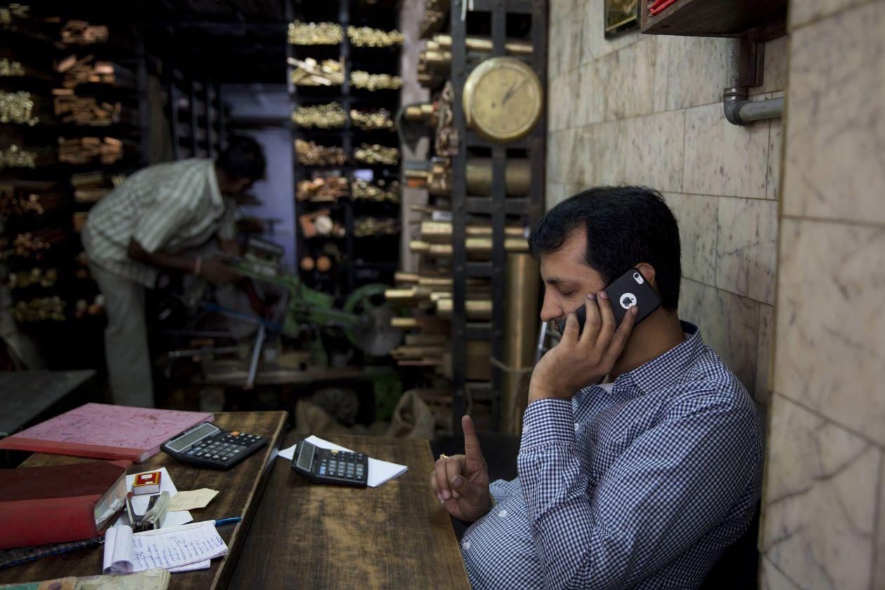 因为当地客户经常要在不便充电的地方长时间工作,而且在印度城市拥挤