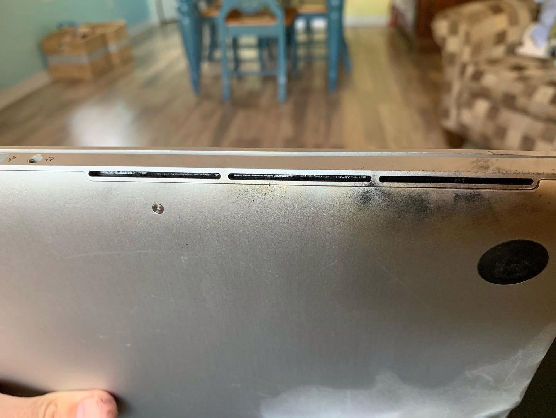 国外用户分享 MacBook Pro 因电池起火受损的照片