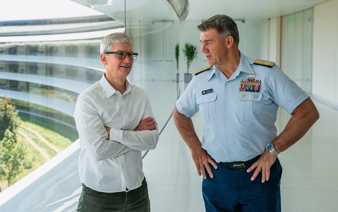库克邀请海岸警卫队海军上将卡尔·舒尔茨参观 Apple Park