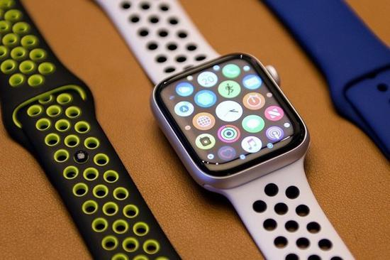 两只 Apple Watch 4 在湖底淹了两周,找到后还能使用