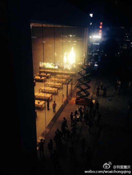 重庆首家苹果商店今开业:粉丝凌晨排队