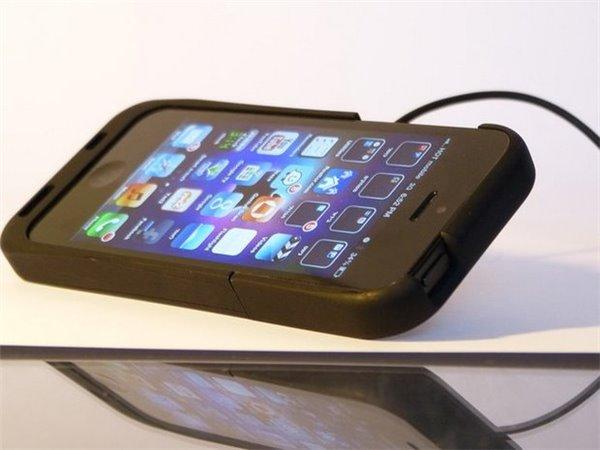 视频:新颖iPhone5/5s保护壳,忘带数据线也能充电