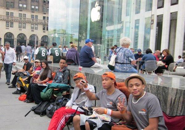 排队等待苹果iPhone6,新赚钱套路