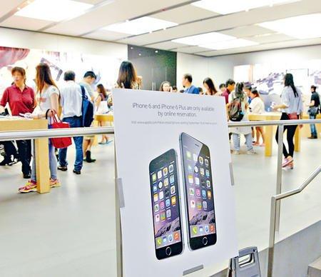 """90后""""炒家""""开50账号:香港官网扫62部iPhone6"""