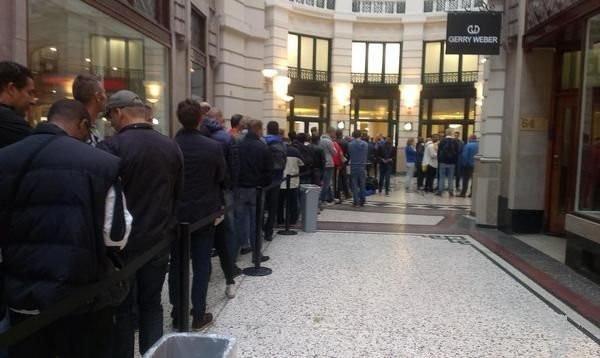 苹果iPhone6第二批开卖,排队狂潮依旧