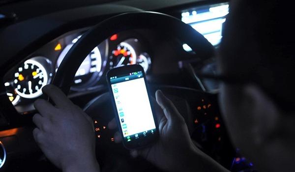 """""""开车玩手机""""是犯罪:至于嘛?"""
