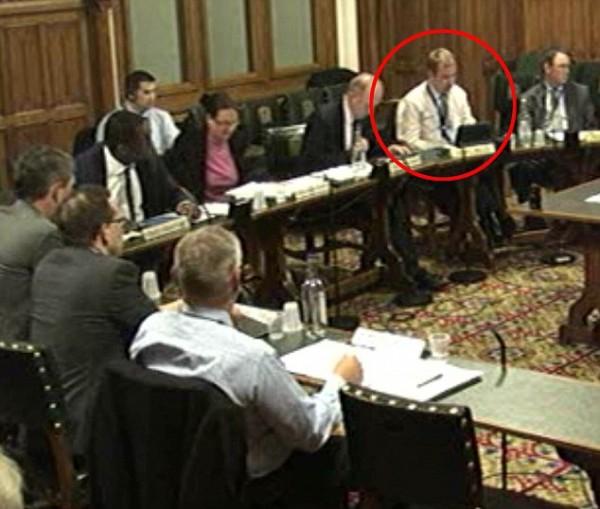 英政客议会上用iPad玩游戏被拍