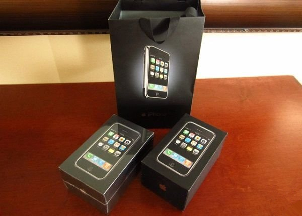两台全新第一代苹果iPhone出售:3万美元