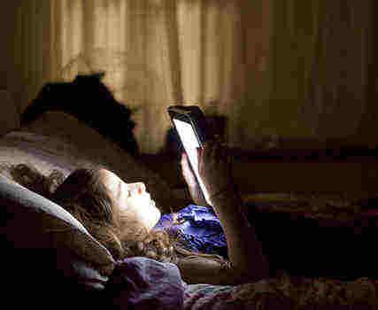 科普:睡前用手机/iPad看小说伤身