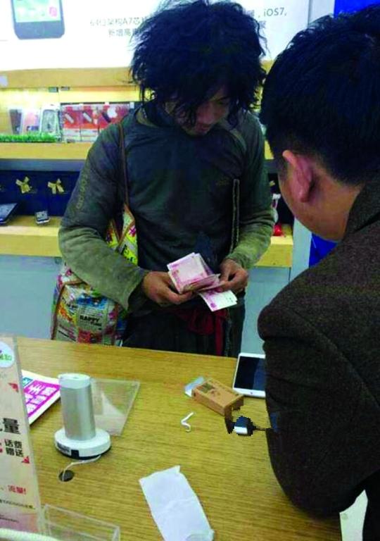 又见乞丐现金买iPhone 6 Plus?