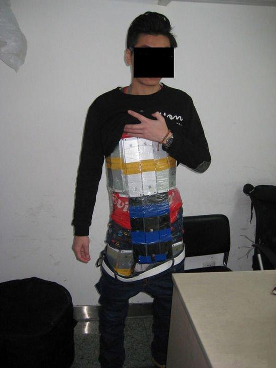 男子身绑94部iPhone入境被查