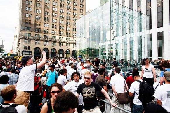 iPhone发售八周年:一代开卖时的疯狂场面