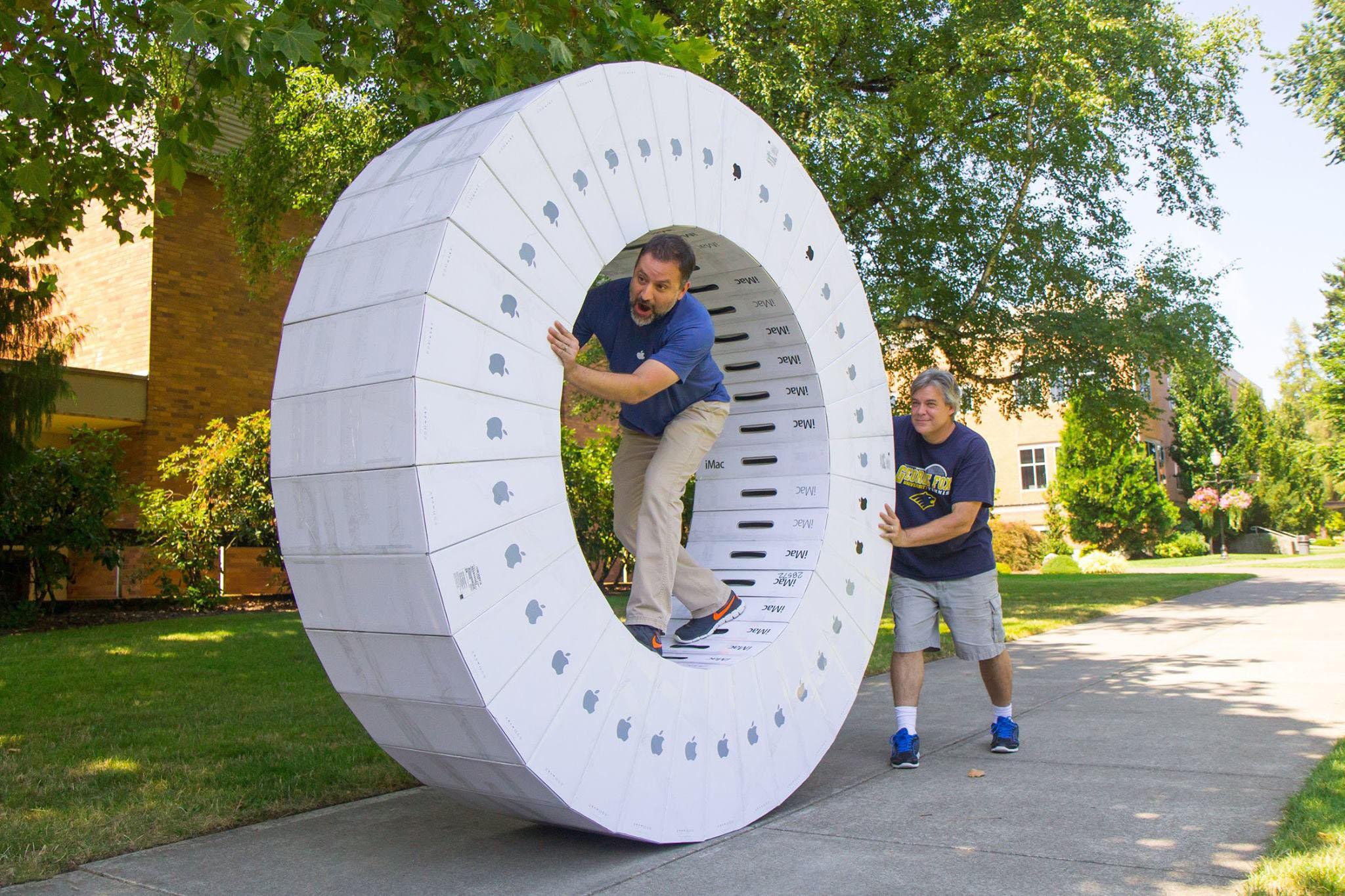 36台空 iMac 包装盒子粘在一起,变成人力仓鼠轮
