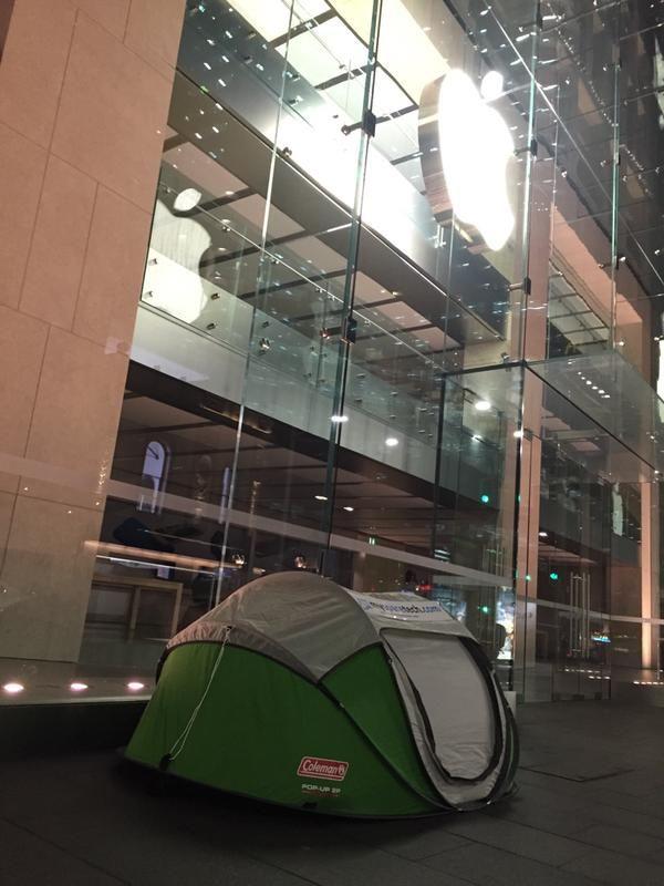 粉丝威武 零售店外已搭起帐篷静候新品上市