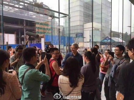 库克访杭州苹果店:现场送iPhone 6s