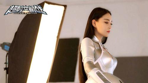 """最美""""李莫愁""""张馨予 黑白紧身战衣霸气出征"""