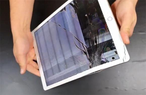 苹果iPad Pro掰弯测试:再大也能弯