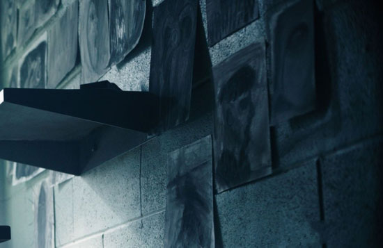 真人大电影《刺客信条》再爆新剧照 法鲨狱中画画