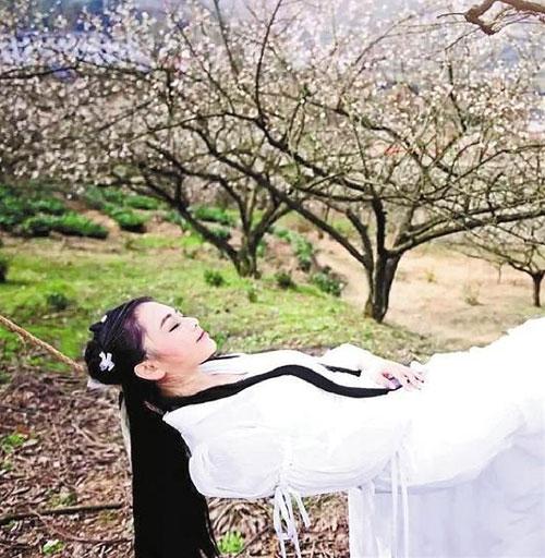 惊艳网友!27岁民间美女梅花写真酷似小龙女