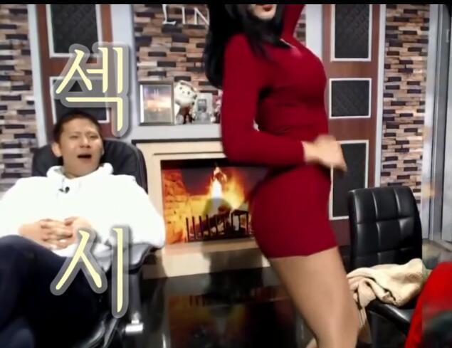 """女主播直播间热舞 男主播意犹未尽""""强吻""""手办"""