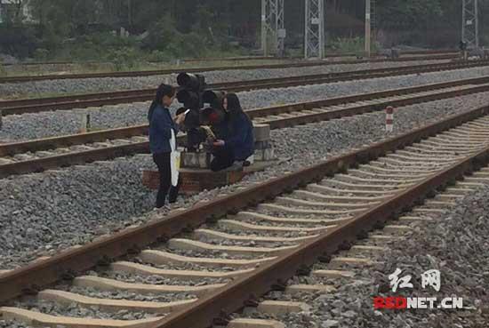 """用生命在玩自拍!高三女生铁路上劈腿秀""""一字马"""""""