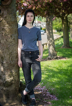 英国19岁女孩集资做切乳手术:相信自己是泛性人