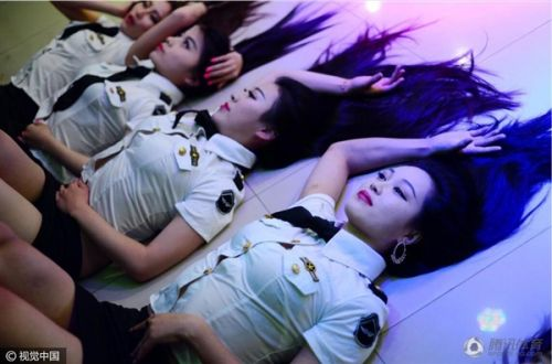"""""""最香艳毕业照""""走红 钢管舞女学员集体秀热辣身材"""