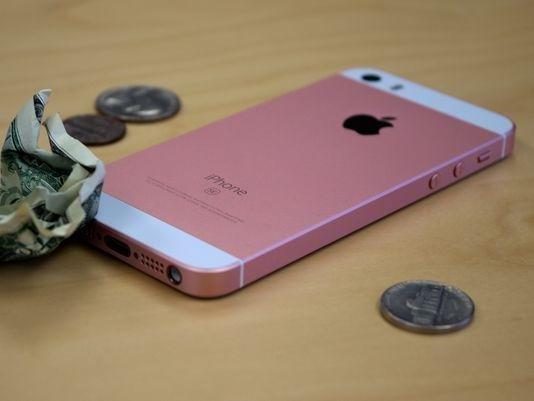 """iPhone SE销量大增抢""""饭碗"""",iPhone 6s已哭晕在厕所"""