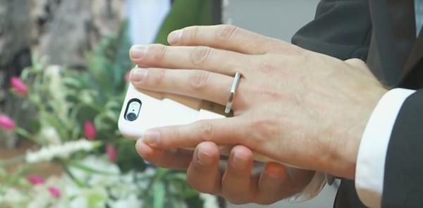 谁能有我爱得深?一美国小伙和iPhone结婚了