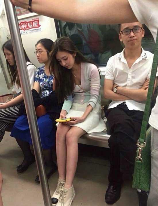 周末爆笑囧图:姑娘,你肩膀上有个小JJ