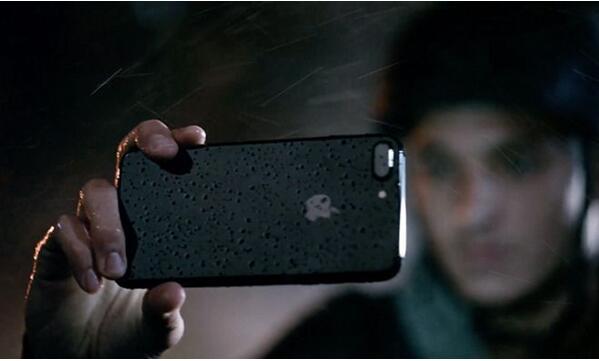 苹果新一轮广告营销:防水和夜拍是主题