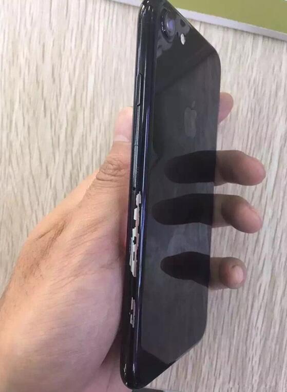 这可咋整?亮黑色iPhone 7还没用就掉漆