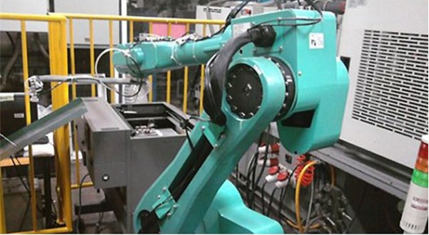 富士康机器组装iPhone7/Plus:已部署四万机器人