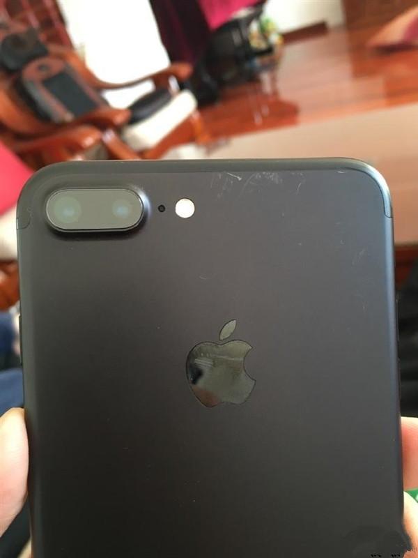 心都要碎了!iPhone 7磨砂黑掉漆这么严重
