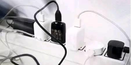 手机充电器插在插座上,几个月不拔有什么影响?
