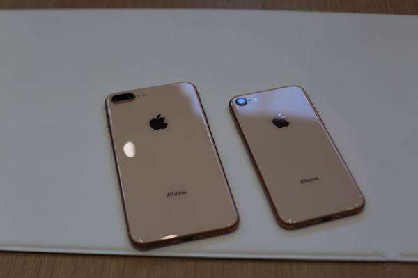 苹果iPhone 8/8 Plus上手视频:背面玻璃回归
