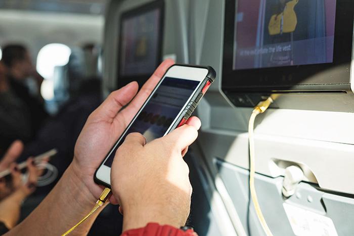 喜大普奔 中国民航局取消便携电子设备使用禁令,飞机上玩手机不再是梦