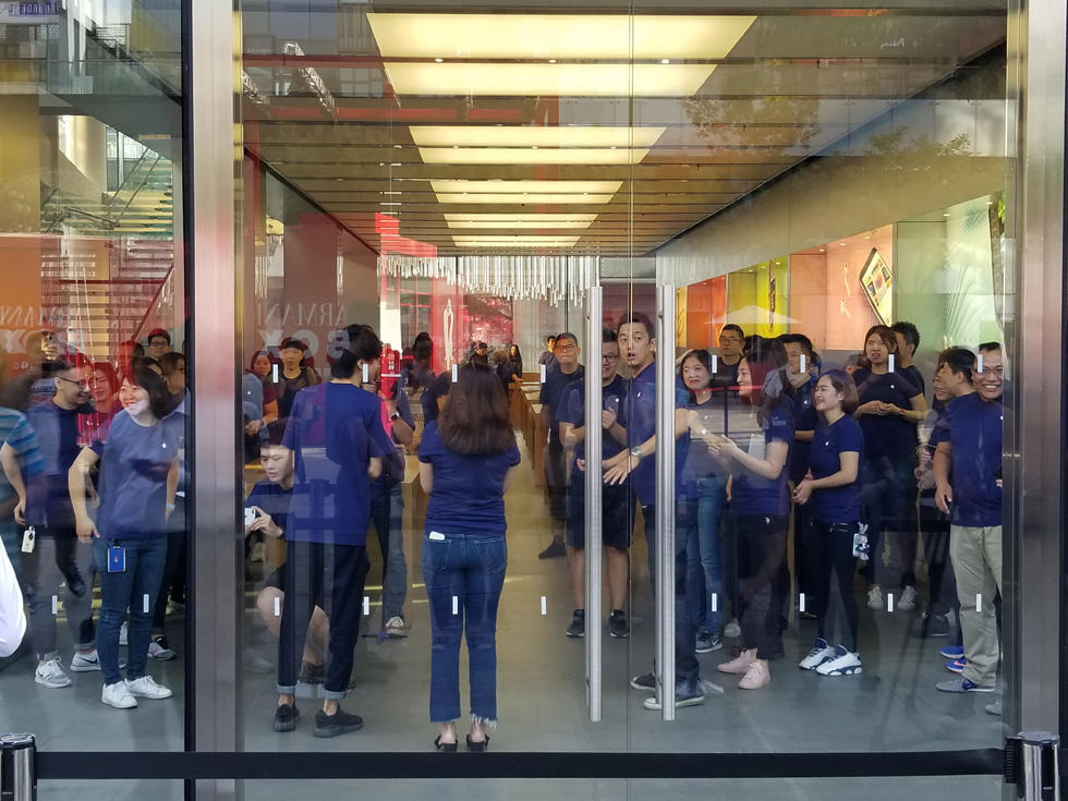 iPhone 8首发遇冷 苹果直营店顾客还没员工多