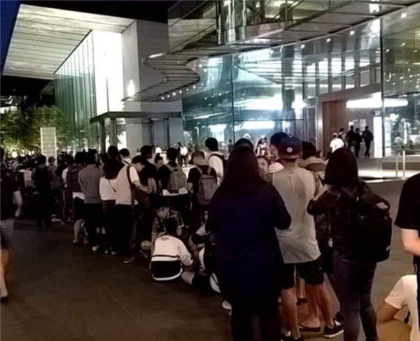 iPhone X火爆!全球苹果专卖店前又排起长队