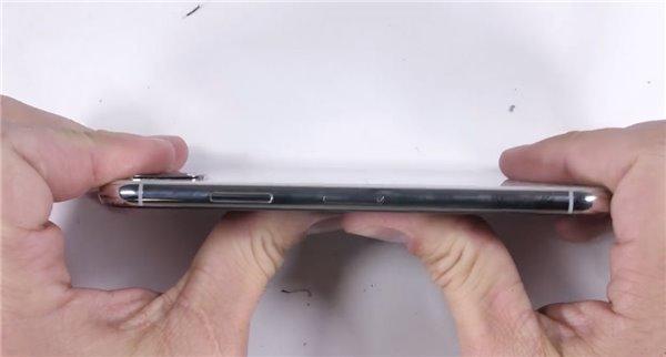 """苹果iPhone X""""不差钱""""测试:很难被掰弯"""