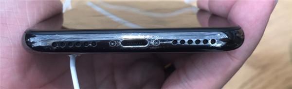 苹果iPhone X掉漆?工作人员:使用不当造成的