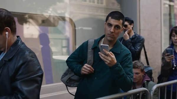 三星广告又双讽刺苹果:你是刘海屏你全家都是刘海屏