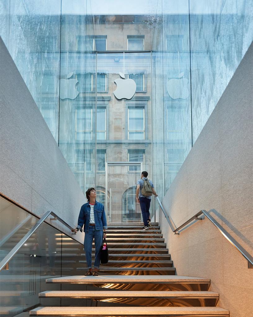 苹果米兰直营店于本周四正式开幕,玻璃喷泉入口很美