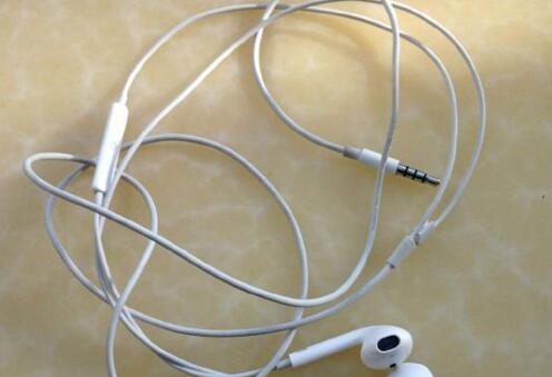 白色充电线/耳机线用久了变黑变脏,怎么清洁?