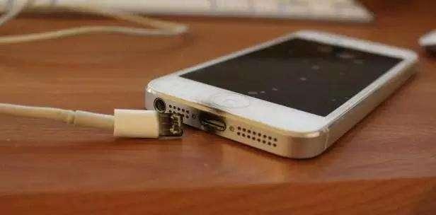 给iPhone手机充电后要不要拨充电器?