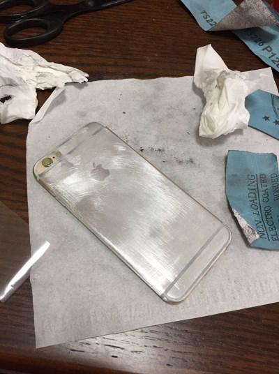 """网友将老旧iPhone 6s打磨成闪亮""""镜面版"""""""