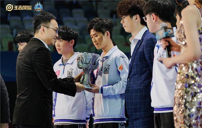 王者荣耀冬季冠军杯决赛开战 Hero久竞获得冠军