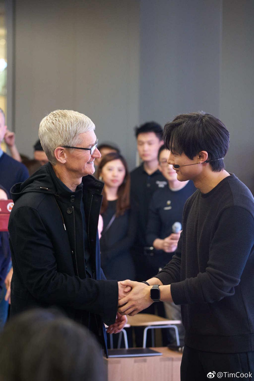 Tim Cook 突然现身北京王府井 Apple Store