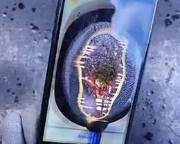 当iPhone 7遇上世界最亮手电筒:屏幕熔了